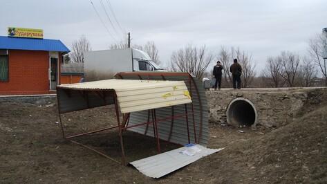 В Бутурлиновском районе сильный ветер перевернул 3 автобусных остановки