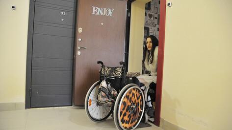 «Сама украла, еще и скандал затеяла». У воронежской красавицы похитили инвалидную коляску