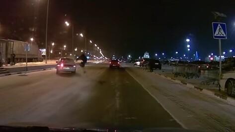 Под Воронежем у торгового центра сбили парня: ДТП попало на видео