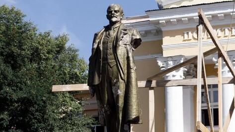 У памятника Ленину возле воронежского Политеха во время непогоды отвалилась рука