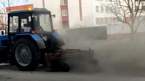 Воронежцы пожаловались на «пыльную бурю» от трактора-уборщика