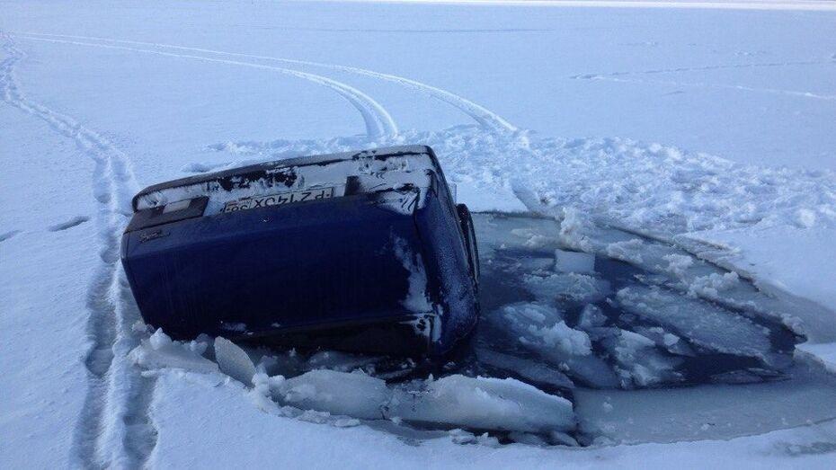 Автомобиль «ВАЗ» провалился под лед Воронежского водохранилища