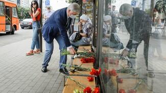 Губернатор принес цветы на место взрыва автобуса в Воронеже