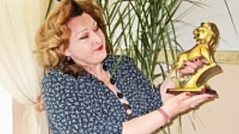 Ольга Искра привезла в Бутурлиновскую СОШ №1 «Золотого льва»