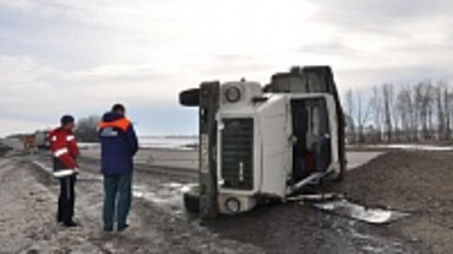 В Павловском районе на трассе М-4 «Дон» у автомобиля «ГАЗ» на ходу оторвались два колеса