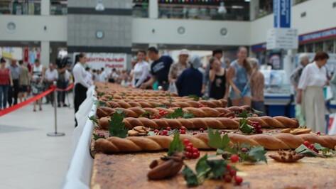 Воронеж отпраздновал день рождения Центрального рынка гигантским пирогом