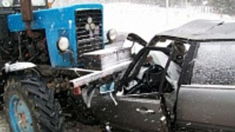 В Верхнемамонском районе «Дэу Нексия» врезалась в трактор