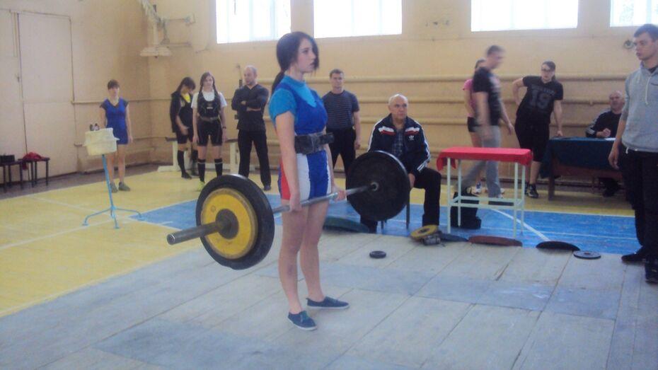 Верхнемамонская спорсменка поставила рекорд на областных соревнованиях по пауэрлифтингу