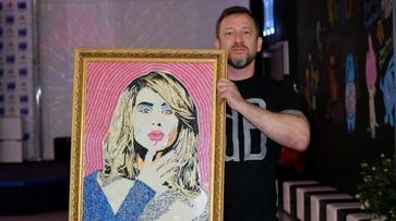 Воронежец подарил певице Светлане Лободе ее портрет из 50 тыс акриловых точек