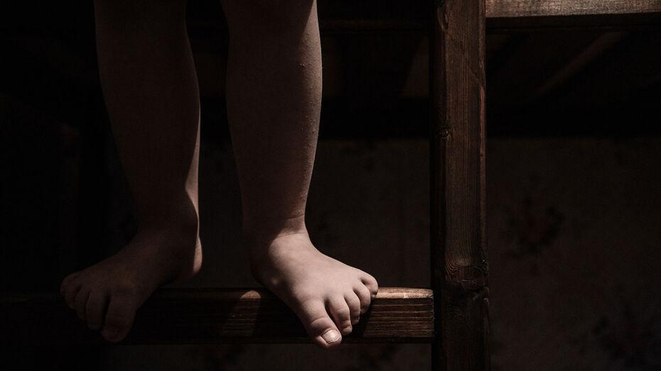 В Воронежской области мать и отчим держали на привязи 7-летнего мальчика