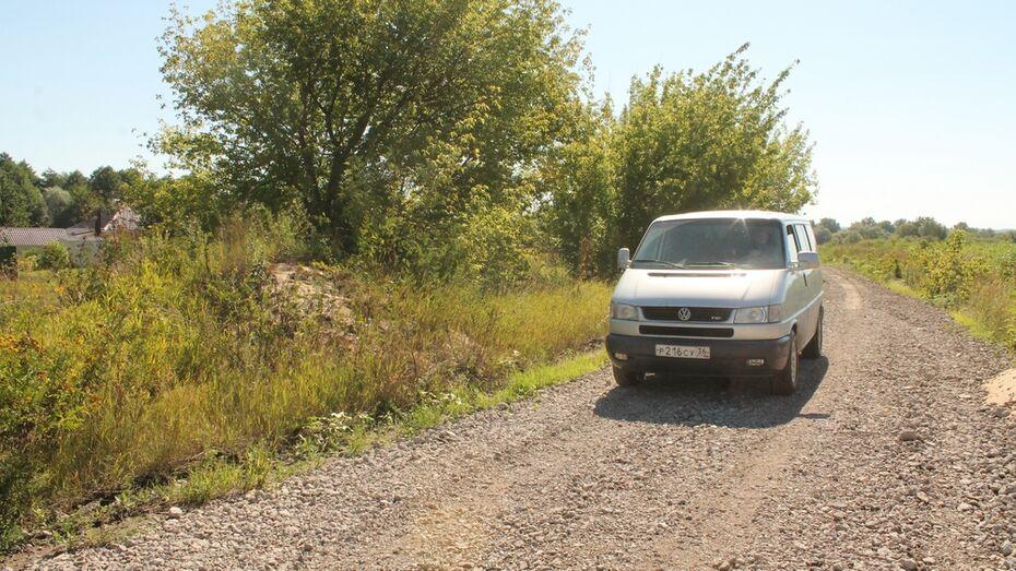 В хохольском селе общественники укрепили грунтовую дорогу