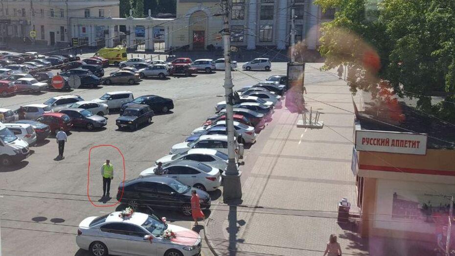 Возле воронежского ЗАГСа парковщики незаконно брали плату с автомобилистов