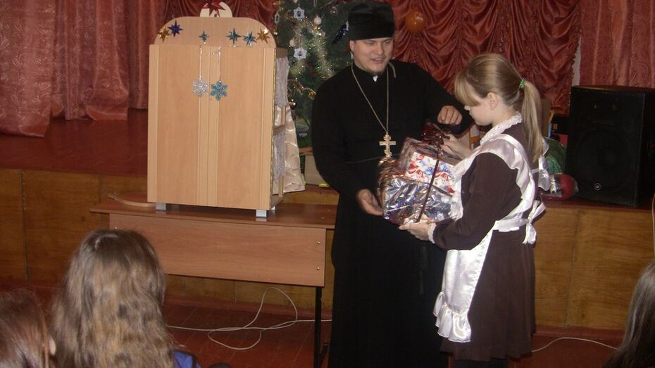 Богучарцы подарили сиротам гитару и коньки