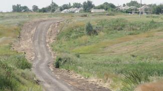 Общественники бобровского села Сухая Березовка укрепили грунтовку щебнем