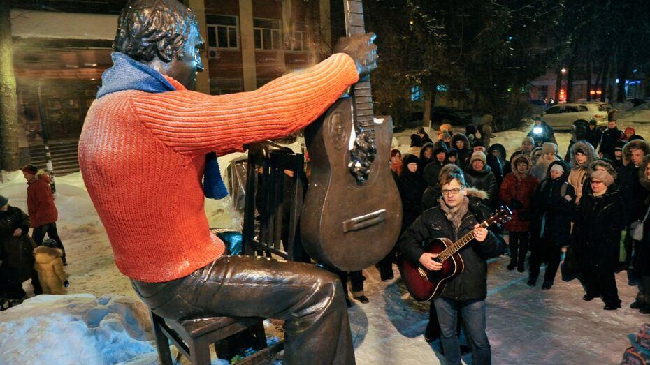 Воронежцы спели возле одетого в свитер памятника Высоцкому