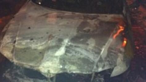 В Воронеже ночью подожгли два автомобиля