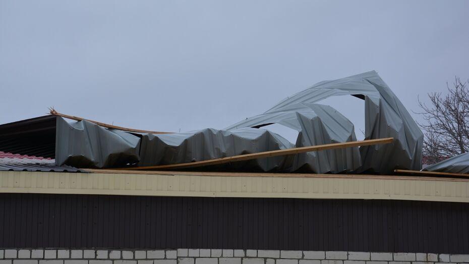В Поворино шквалистый ветер повредил крышу пришкольной постройки и козырек магазина