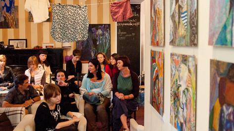 Липецкий художник показал в Воронеже выставку-квартирник о бездомных