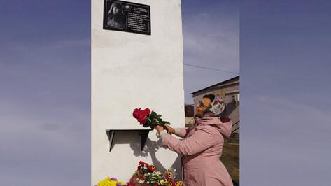 В богучарском селе Радченское установили мемориальную доску земляку-летчику Михаилу Шахунову