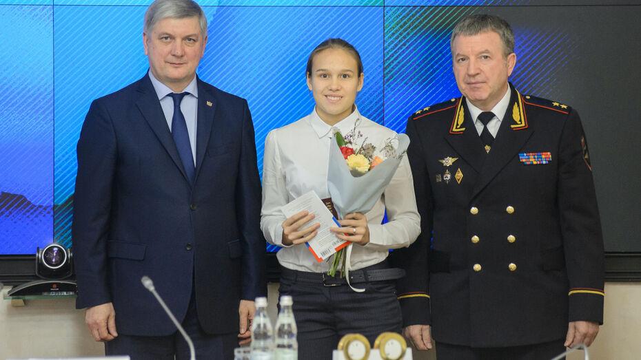 Губернатор Александр Гусев вручил воронежским школьникам первые паспорта
