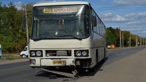 В Семилуках столкнулись рейсовый автобус и иномарка