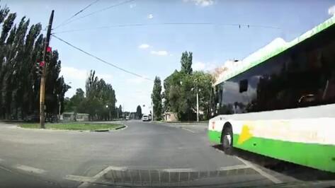 На видео сняли пролетевший на красный свет автобус в Воронеже