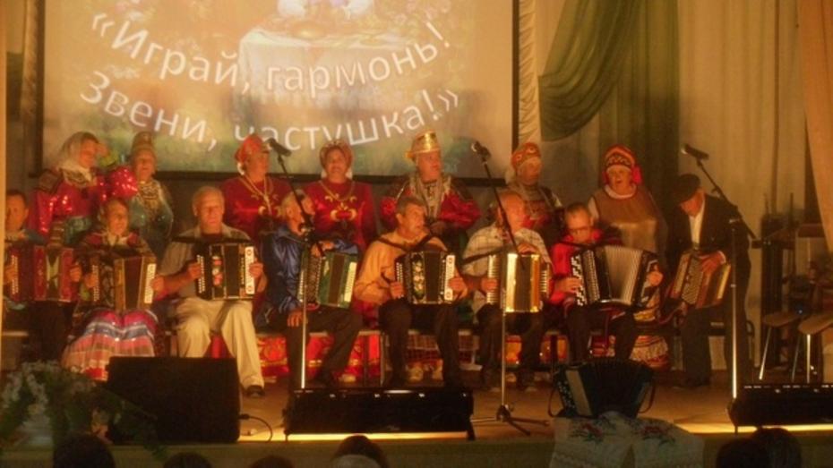 В Бутурлиновке прошел третий районный фестиваль гармонистов и частушечниц