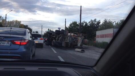 Бетономешалка перевернулась на перекрестке в Коминтерновском районе Воронежа