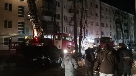 Появились видео с места пожара с горящей 5-этажкой в Воронеже