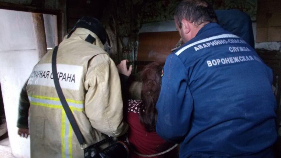 Под Воронежем спасатели вытащили из погреба тяжело раненную женщину