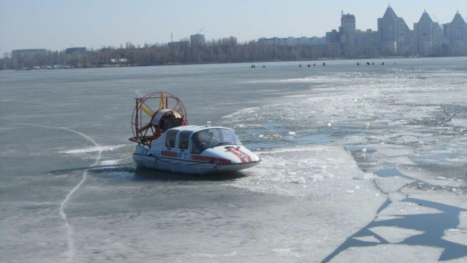 В Воронеже спасатели вытащили из воды попытавшегося перейти водохранилище мужчину