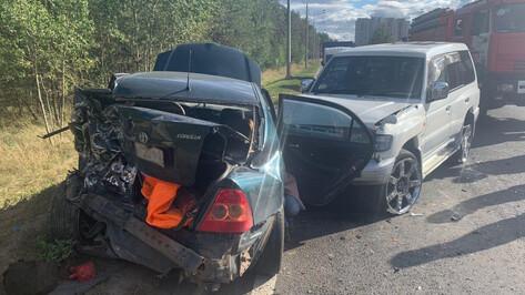 В Воронеже Mitsubishi врезался в стоящую Toyota: пострадали 2 детей