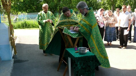 В Верхнехавском районе освятили кресты для Углянского Свято-Казанского храма