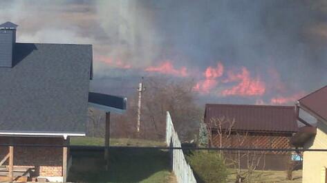 Очевидцы поделились кадрами пожара в поселке Отрадное под Воронежем