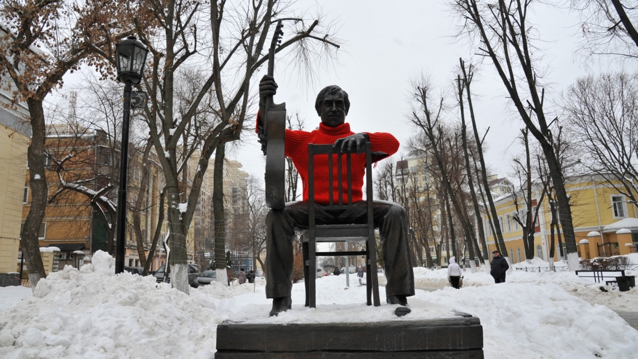 Фото РИА «Воронеж». Горожане примерили свитер на памятник Высоцкому