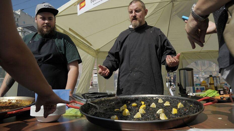 Ведущий кулинарного телешоу научил воронежцев готовить черную паэлью