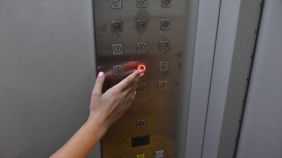 В Воронеже застрявшая в лифте семья с грудным младенцем пожаловалась на отсутствие помощи