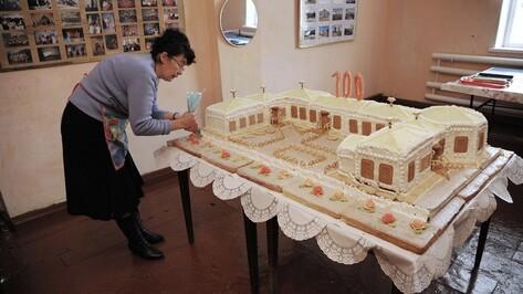 Медсестра из Россошанского района испекла торт в виде своей больницы