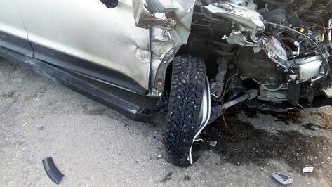 При лобовом столкновении машин в Воронежской области погиб 21-летний парень