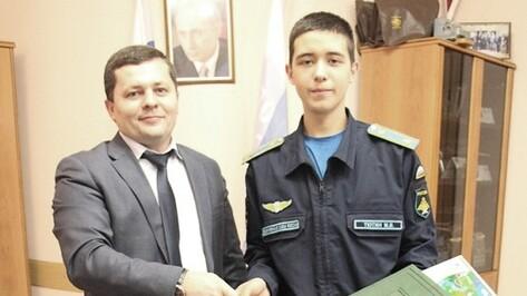 Глава воронежской почты наградил выпускника аннинской школы