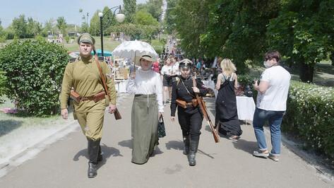 Воронежцы примерили старинные костюмы и увидели оружие ВОВ на фестивале «Наша история»