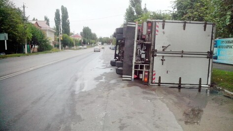 В Острогожском районе на трассе перевернулся грузовик Volvo