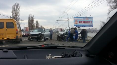 В Воронеже на Чернавском мосту лоб в лоб столкнулись две иномарки