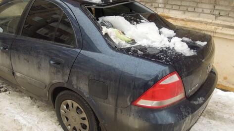 В Воронеже глыбы льда рухнули на Nissan Almera