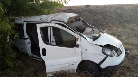 В Воронежской области ночью перевернулся микроавтобус Renault: 5 пострадали, 2 погибли