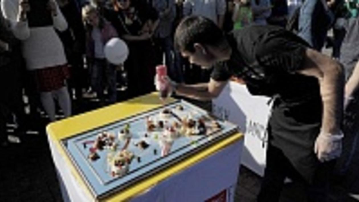 На  первом воронежском фестивале еды одесский шеф-повар подавал десерт на зеркале