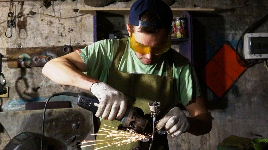 К 8 марта верхнемамонский сварщик смастерил розы из металла