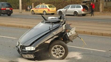 В Семилукском районе выехавший на встречную полосу «БМВ» при столкновении с «Нивой» разорвало пополам
