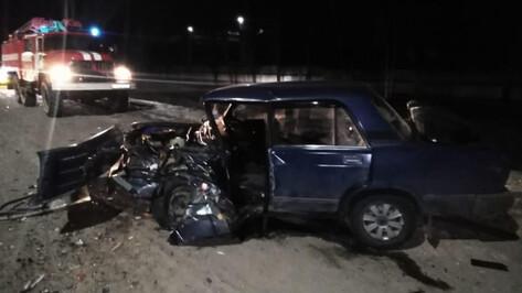 Peugeot и ВАЗ столкнулись в Воронежской области: пострадали трое