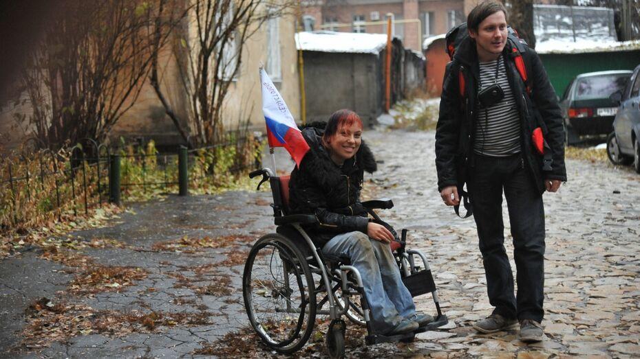 Проехавшая 5 тыс километров автостопом колясочница сделала остановку в Воронеже